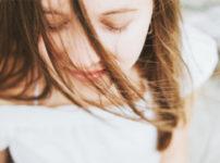 美白化粧品は、女性ホルモンや皮脂分泌が落ちつく20歳ごろから